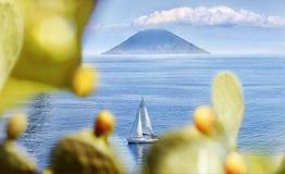 Vista di Stromboli dalla salina fotografia stock