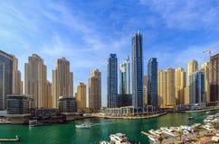 Vista di stupore dell'orizzonte residenziale e di affari del Dubai Marina Waterfront Skyscraper, nel porticciolo del Dubai, Emira immagini stock libere da diritti