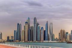 Vista di stupore dell'orizzonte residenziale e di affari di Jumeirah Beach Residence e del Dubai Marina Waterfront Skyscraper, ne fotografia stock