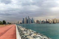 Vista di stupore dell'orizzonte residenziale e di affari di Jumeirah Beach Residence e del Dubai Marina Waterfront Skyscraper, ne fotografia stock libera da diritti