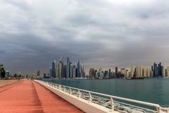Vista di stupore dell'orizzonte residenziale e di affari di Jumeirah Beach Residence e del Dubai Marina Waterfront Skyscraper, ne immagine stock libera da diritti