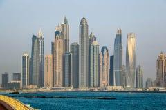 Vista di stupore dell'orizzonte residenziale e di affari di Jumeirah Beach Residence e del Dubai Marina Waterfront Skyscraper, ne immagini stock libere da diritti