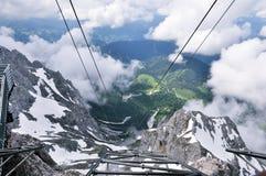 Vista di stupore delle nuvole e della montagna del piede fotografia stock