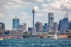 Vista di Sydney Tower e di paesaggio urbano a bordo da un traghetto in Sydney Harbour, Sydney, Australia fotografia stock libera da diritti
