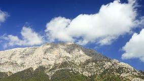 Vista di Tahtali Dag vicino al villaggio di Cirali, distretto di Kemer, provincia di Adalia video d archivio