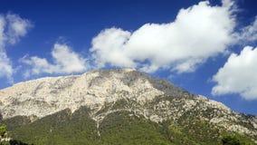 Vista di Tahtali Dag vicino al villaggio di Cirali, distretto di Kemer, provincia di Adalia stock footage