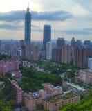 Vista di Taipei da una foresta immagini stock libere da diritti