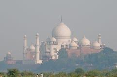 Vista di Taj Mahal dalla fortificazione di Agra Fotografie Stock Libere da Diritti