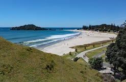 Vista di Tauranga dal supporto Maunganui in Nuova Zelanda fotografie stock libere da diritti