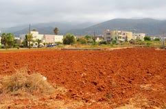 Vista di terreno arabile, della città di Malia e della montagna rossi Immagini Stock Libere da Diritti