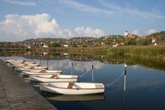 Vista di Tihany con le barche Immagini Stock