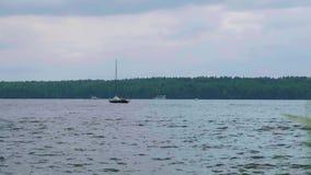 Vista di Timelaps delle barche che navigano in acqua del bacino idrico non lontano da Mosca archivi video