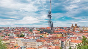 Vista di Timelapse dalla cima del memoriale di Vitkov sul paesaggio di Praga un giorno soleggiato con lo Zizkov famoso TV