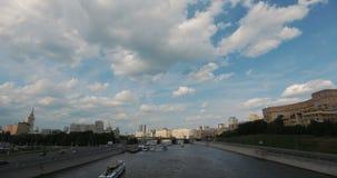 Vista di Timelapse del Cremlino di Mosca e del fiume di Moskva, Mosca, Russia Le navi turistiche traversano nel fiume di Mosca archivi video