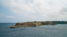 Vista di Timelapse del mar Mediterraneo, del Ricasoli forte e dell'isola di Malta dalla costa di La Valletta stock footage