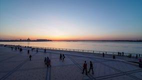 Vista di Timelapse del tramonto in grande città dall'argine stock footage