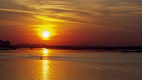 Vista di Timelapse del tramonto in grande citt? dall'argine stock footage