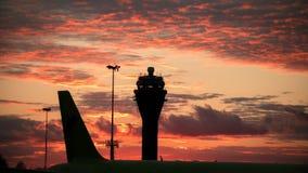 Vista di Timelapse dell'aeroporto internazionale al tramonto - torre di controllo video d archivio