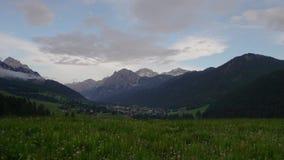 Vista di Timelapse delle nuvole che si spostano per le montagne video d archivio
