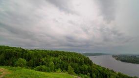 Vista di Timelapse delle nuvole tempestose che corrono velocemente video d archivio