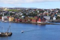 Vista di Torshavn dal traghetto immagine stock