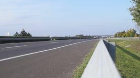Vista di traffico dell'autostrada senza pedaggio dal parapetto archivi video