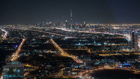 Vista di traffico di notte sul khalifa del burj nella città della Dubai archivi video