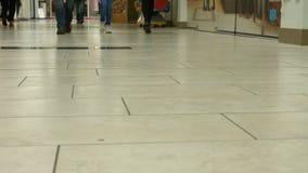 Vista di traffico di piede nel centro commerciale archivi video