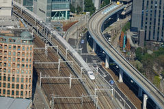 Vista di trak del treno di pallottola di Shinkansen alla stazione di Tokyo, Giappone Immagini Stock