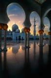 Vista di tramonto alla moschea, Abu Dhabi, Emirati Arabi Uniti Immagine Stock