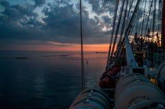 Vista di tramonto dalla piattaforma del ` s del sailsboat immagine stock