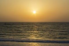 Vista di tramonto dalla spiaggia immagine stock