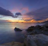 Vista di tramonto dalla spiaggia del porto di Sutera fotografie stock