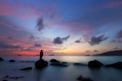 Vista di tramonto dalla spiaggia del porto di Sutera fotografia stock libera da diritti