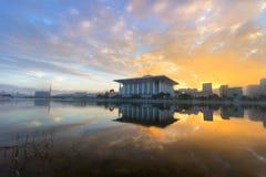 Vista di tramonto dalla spiaggia del porto di Sutera fotografie stock libere da diritti