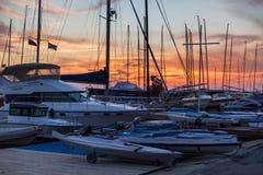 Vista di tramonto degli yacht che stanno nel porto fotografie stock libere da diritti