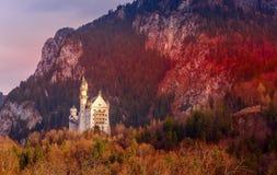 Vista di tramonto del castello del Neuschwanstein, Germania fotografie stock libere da diritti