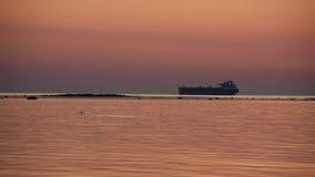Vista di tramonto del mare con la siluetta di grande nave video d archivio