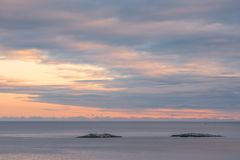 Vista di tramonto del mare un la sera variopinta congelata e fredda di inverno immagine stock