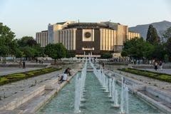 Vista di tramonto del palazzo nazionale di cultura a Sofia, Bulgaria Immagine Stock