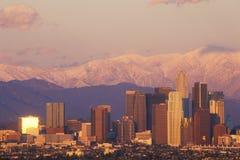 Vista di tramonto del supporto Baldy e Los Angeles da Baldwin Hills che il giorno dopo un inverno infuria, Los Angeles, Californi Immagini Stock