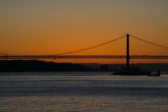 Vista di tramonto del Tago Rio Tajo e venticinquesimo di April Bridge Immagine Stock Libera da Diritti