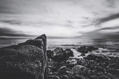 Vista di tramonto dell'oceano in bianco e nero Fotografie Stock