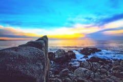 Vista di tramonto dell'oceano con il bello cielo nuvoloso blu Fotografia Stock