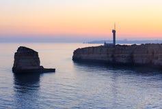 Vista di tramonto della costa di mare con il faro Fotografie Stock