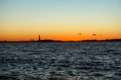 Vista di tramonto della siluetta di Liberty Statue fotografie stock