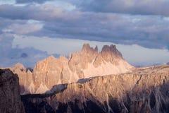Vista di tramonto delle alpi della dolomia bella Immagine Stock