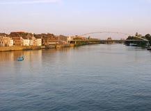 Vista di tramonto delle case lungo il fiume Mosa a Maastricht, Paesi Bassi, Europa Fotografia Stock