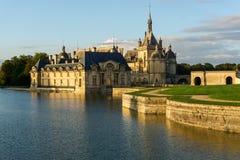 Vista di tramonto di bello castello di Chantilly fotografie stock libere da diritti