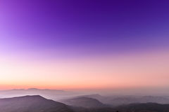 Vista di tramonto di paesaggio a catena montuosa tropicale Immagine Stock